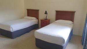 A bed or beds in a room at Hotel Cavalier
