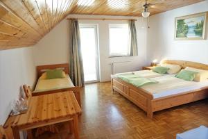 Posteľ alebo postele v izbe v ubytovaní Rooms & Apartments Pr Matjon