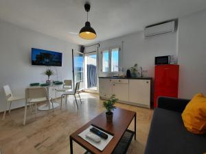 A seating area at Apartamentos Avanel