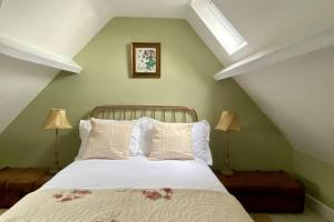 A bed or beds in a room at Chic Cottage Retreat - Central Frome