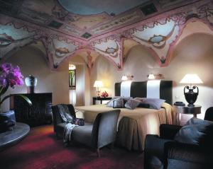 A bed or beds in a room at Grand Hotel De La Minerve