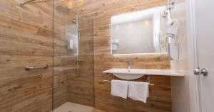 A bathroom at Hotel Seminario Aeropuerto Bilbao
