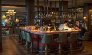 The lounge or bar area at Four Seasons Hotel Hampshire