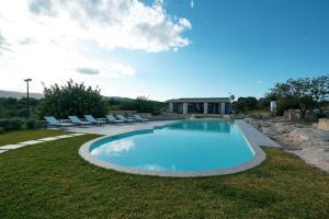 Het zwembad bij of vlak bij Le Cave di Fontane Bianche