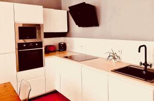 A kitchen or kitchenette at Les 5 avenues-Longchamp - Appartement de charme 80m2 T3 - Marseille