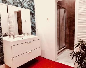 A bathroom at Les 5 avenues-Longchamp - Appartement de charme 80m2 T3 - Marseille