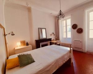 A bed or beds in a room at Les 5 avenues-Longchamp - Appartement de charme 80m2 T3 - Marseille