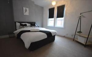 A bed or beds in a room at SPACIOUS TERRACED HOME CLOSE TO NUNEATON SLEEPS 7