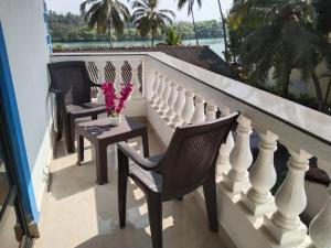 A balcony or terrace at Valeria's Holiday Home