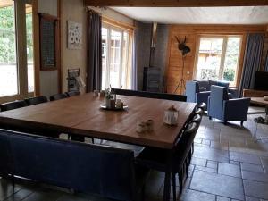 Een restaurant of ander eetgelegenheid bij Beautiful house with whirlpool, on the edge of the forest