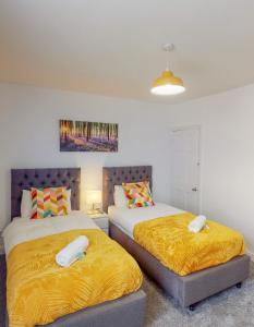 A bed or beds in a room at St John's House - 3 Bed Ensuite Rooms