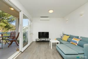 A seating area at Mljet 4 You - seafront apartment