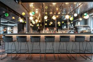 The lounge or bar area at Motel One Berlin Mitte