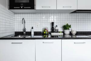Ett kök eller pentry på Biz Apartment Gärdet
