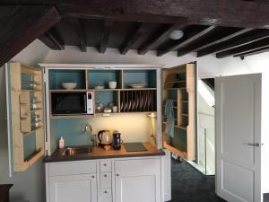 A kitchen or kitchenette at Uylenhof Hotel