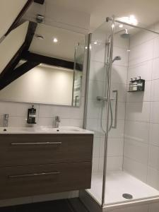 A bathroom at Uylenhof Hotel