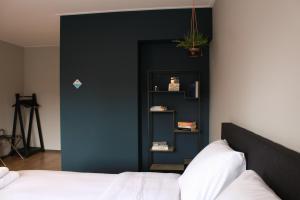 Een bed of bedden in een kamer bij HOLT Hotel