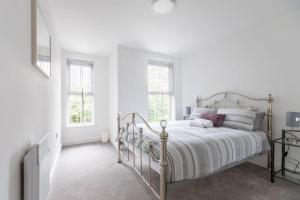 A bed or beds in a room at Platform West Hull 2 bed Apartment