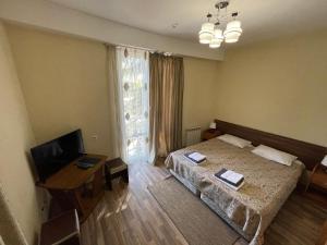 """Кровать или кровати в номере Гостевой дом """"На Короткой"""""""