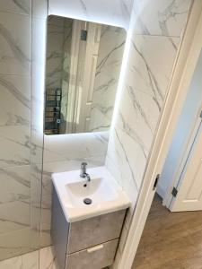 A bathroom at Large modern apartment close to central London