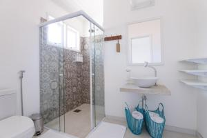 A bathroom at Jubarte Conceito Hotel