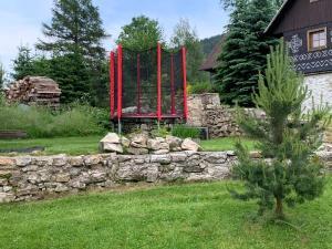 A garden outside Chalupa Nad Lipou - Čičmany, turistika, sauna, krb