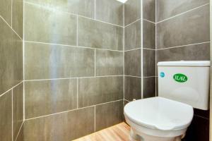 A bathroom at T3 climatisé, balcon, entre Gare St-Charles & La Joliette