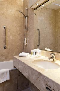 A bathroom at Mercure Strasbourg Palais des Congrès