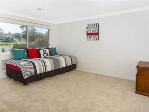 A bed or beds in a room at Retreat on Manning- Kiama