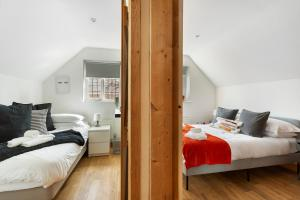 A bed or beds in a room at Cosy Corner Cottage in Quorn