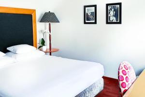 سرير أو أسرّة في غرفة في Yours Truly