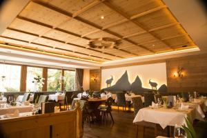 A restaurant or other place to eat at Hotel Ritzlerhof - Adults only