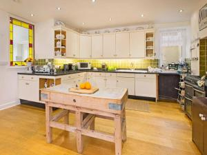 A kitchen or kitchenette at Anchor House