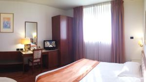 A bed or beds in a room at Hotel Marconi