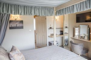A bed or beds in a room at The Cottage Tea Room B&B