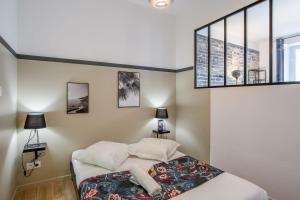 A bed or beds in a room at Charming flat in the Opera district in Marseille - Welkeys