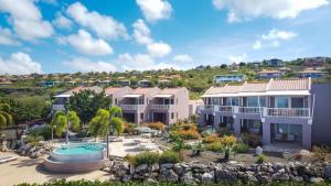 Uitzicht op het zwembad bij Coral Estate Luxury Resort of in de buurt