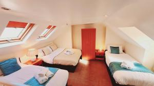 A bed or beds in a room at Cedar Villa - Perfect For Longer Stays
