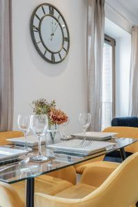 A restaurant or other place to eat at 1 & 2 Bedroom Apartments Available with LillyRose Serviced Apartments St Albans, Free Wifi, City Centre