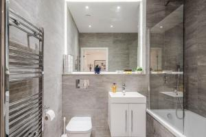 A bathroom at 1 & 2 Bedroom Apartments Available with LillyRose Serviced Apartments St Albans, Free Wifi, City Centre