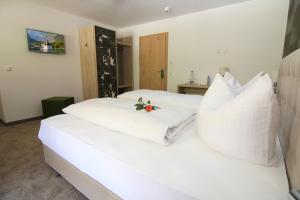 Ein Bett oder Betten in einem Zimmer der Unterkunft Alpinhotel Berchtesgaden