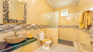A bathroom at Abhirama Villas by Supala