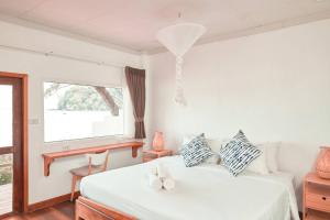 A bed or beds in a room at Twin Bay Resort