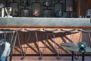 The lounge or bar area at Motel One Hamburg Airport
