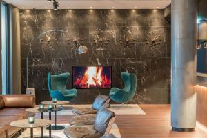 A seating area at Motel One Hamburg Airport