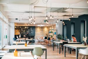 Ein Restaurant oder anderes Speiselokal in der Unterkunft Hotel & Lounge by Hyve Basel SBB