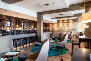The lounge or bar area at Motel One Magdeburg