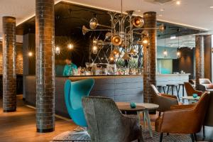The lounge or bar area at Motel One München-Westend