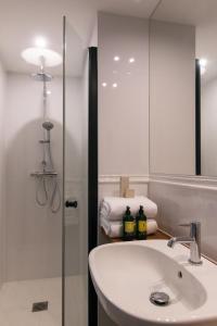 A bathroom at Hôtel Le Milie Rose