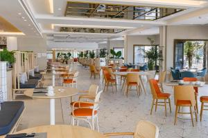 A restaurant or other place to eat at Hotel Cristina by Tigotan Las Palmas